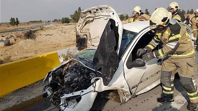 آتش گرفتن پژو ۲۰۶ واژگون شده در آزادراه تهران ـ قم