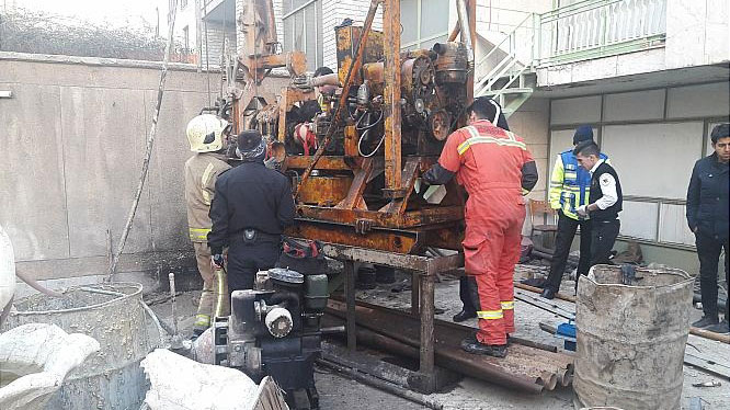 آسیب دیدگی دست کارگر ساختمانی در دستگاه صنعتی حفر چاه