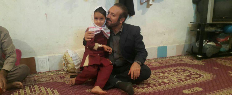 شهردار دهدشت به دیدار دختر رفتگری رفت که کمک پدرش می کرد