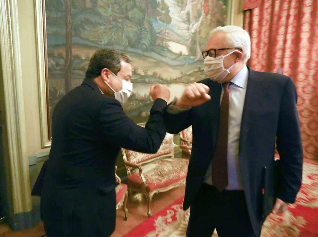 دست دادن ریابکوف و عراقچی