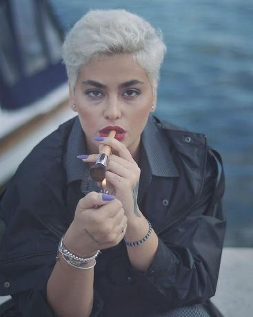 ریحانه پارسا در حال سیگار کشیدن