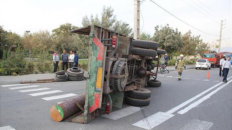 واژگونی / کامیون / حمل  / آهن / در / شادآباد /