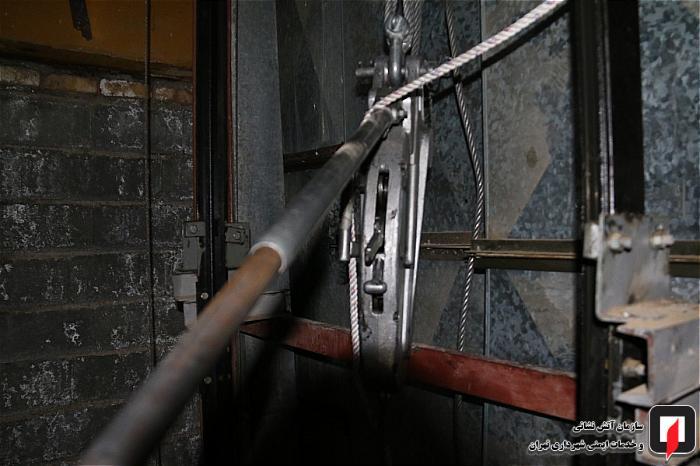 گرفتار شدن وحشتناک 9 زن و مرد تهرانی در آسانسور +تصاویر