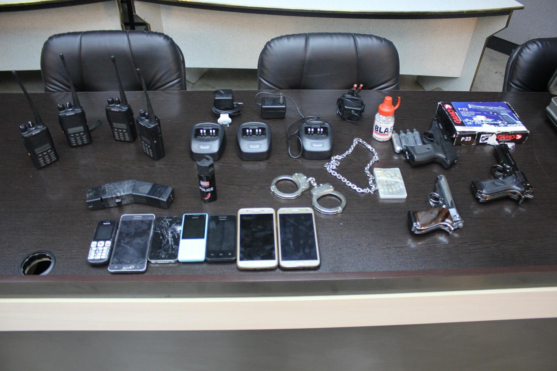 تجهیزات پلیسی کشف شده از متهمین
