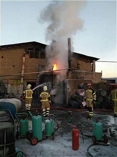 مخزن بزرگ یک کارخانه تصفیه روغن سوخته آتش گرفت