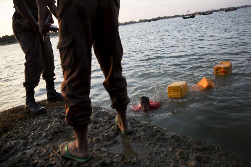 شنای 4 کیلومتری مرد میانماری برای فرار از مرگ به بنگلادش