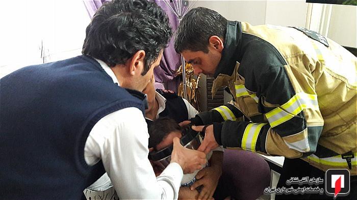 عملیات 125 برای نجات سر کودک از در سطل زباله