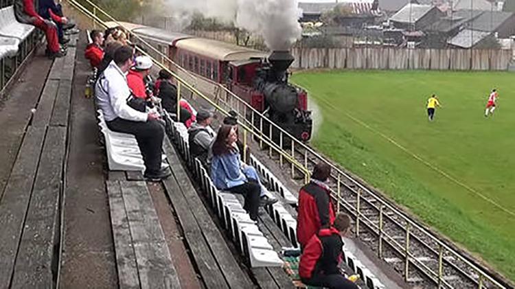 زمین فوتبال قطار