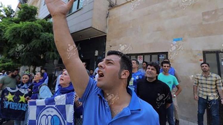 تجمع هواداران استقلال مقابل ساختمان باشگاه