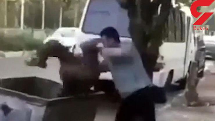 اقدام خجالت آور یک مرد با کودک زباله گرد جلوی دوربین + فیلم و واکنش کاربران