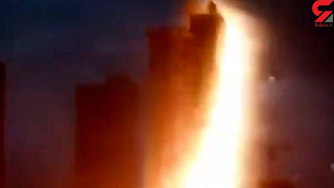 لحظه برخورد صاعقه با یک ساختمان + فیلم وحشت آور