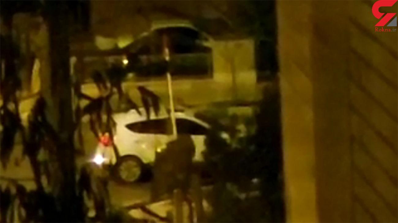 حمله اوباش پرند به یک زن/ او زن را  با ماشین زیر کرد + فیلم