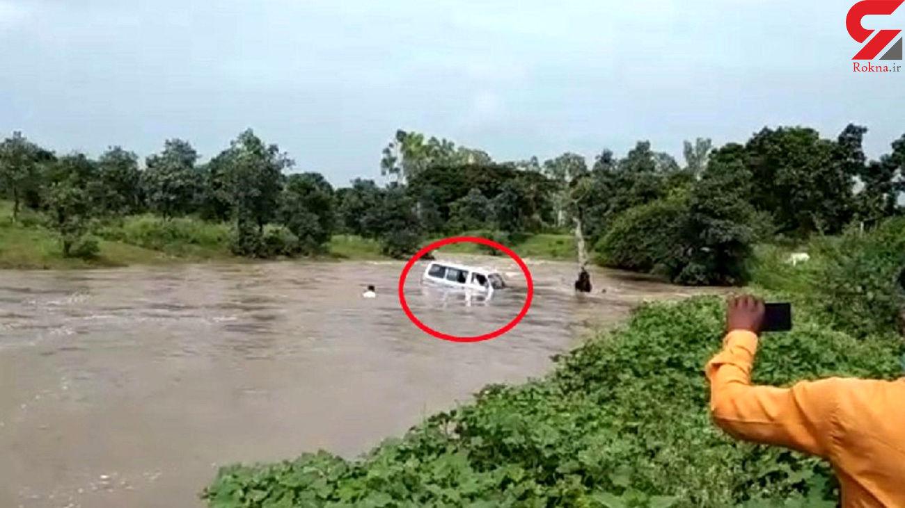 لحظه وحشتناک گرفتار شدن خودروی ون در رودخانه خروشان! + فیلم و عکس / هند
