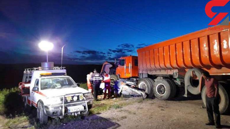 تصویری تلخ از یک تصادف مرگبار / خودروی پراید و مسافرانش زیر تریلی له شدند +عکس