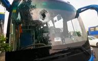 لحظه هولناک وارد شدن قطعه آهن معلق به داخل یک اتوبوس پر از مسافر در اتوبان + فیلم/چین