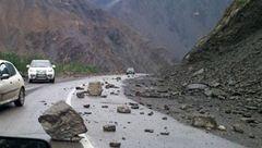 ریزش کوه سبب مسدود شدن محور سوادکوه شد