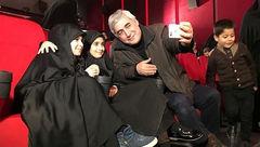سلفی ابراهیم حاتمی کیا با دختران مدافعان حرم +عکس