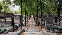 تصویری از سنگ قبر صادق هدایت در پاریس