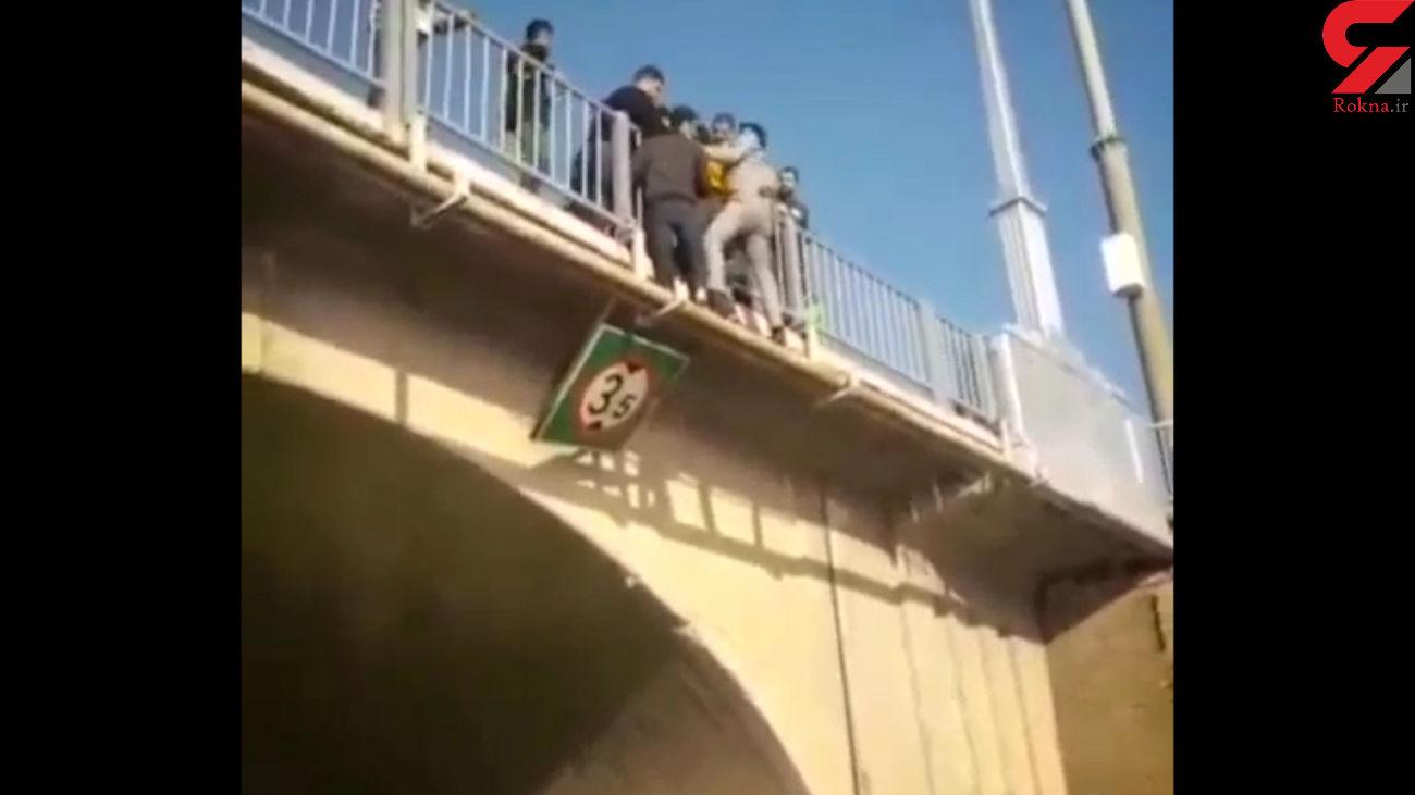 فیلم / خودکشی یک جوان از پل هلالی اهواز