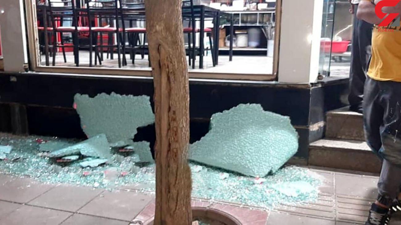 فیلم لحظه دزدیدن موبایل / دزدان وقیح شیشه های مغازه را شکستند