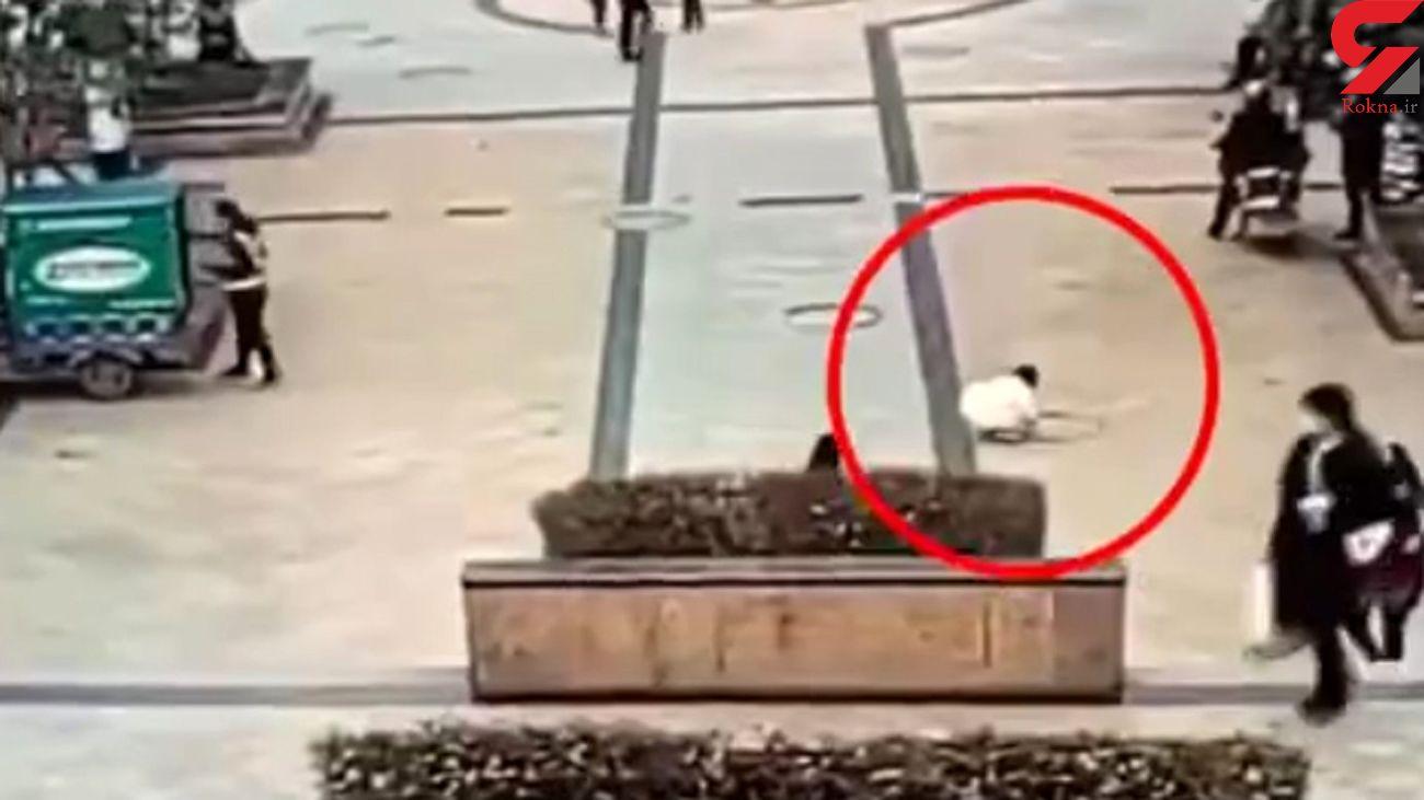 فیلم لحظه انفجار فاضلاب توسط یک کودک بازیگوش / در استان سیچوان رخ داد
