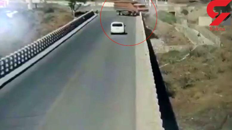 فیلم لحظه سقوط مرگبار کامیون از پل + فیلم