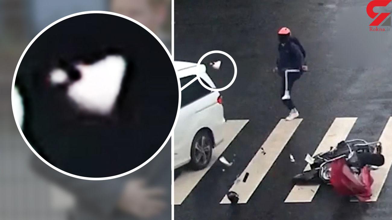 برخورد موتورسوار با یک خودرو در تقاطع + فیلم