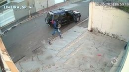 فیلم لحظه سرقت از جواهرفروشی / پلیس زود رسید