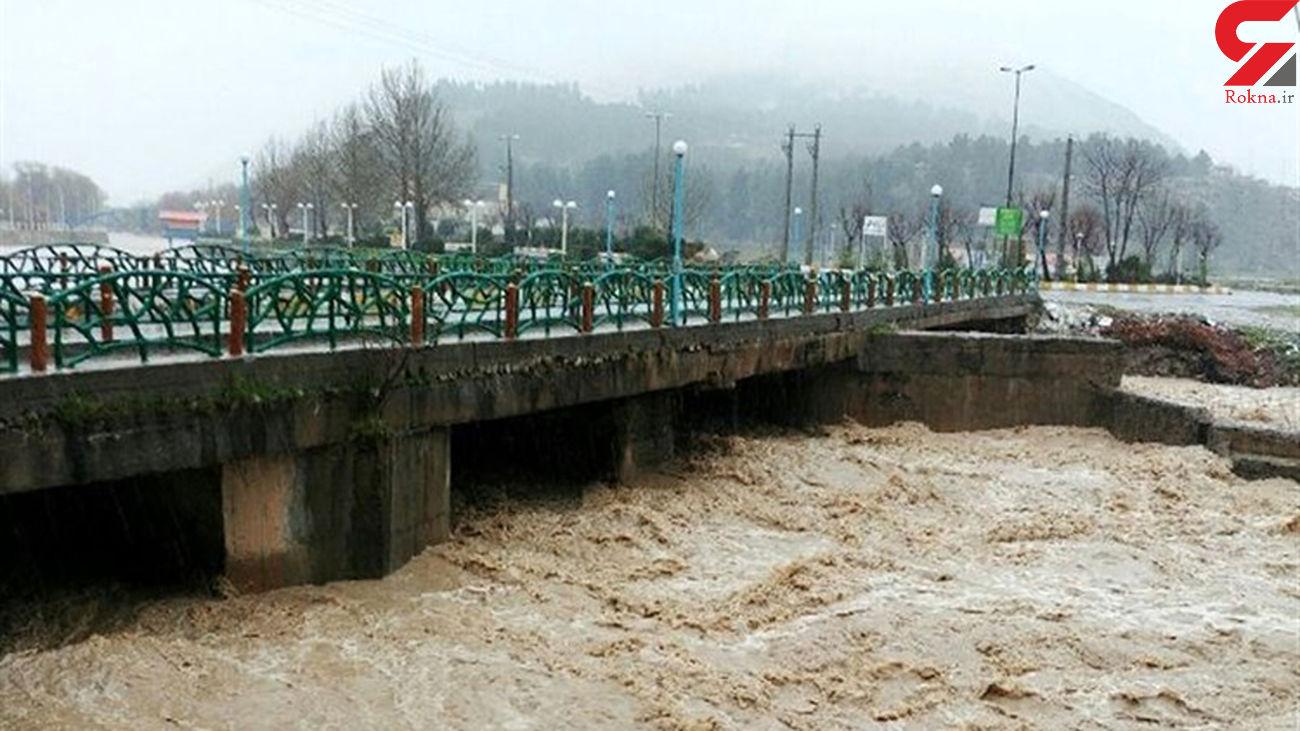 پل اصلی مسیر سیلاب در مرکز مهدیشهر دچار رانش شد+عکس