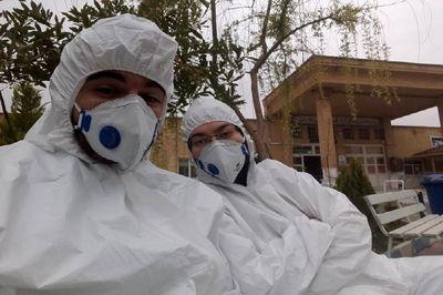عکس / عروس و داماد قمی شب عروسی شان را در بیمارستان ماندند / این 2 پزشک به کرونایی ها خدمت می کنند