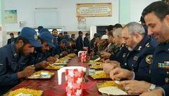 غذا خوردن فرمانده نیروی هوایی با سربازان در سالن غذاخوری +عکس