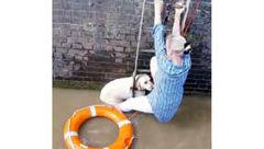 نجات یک زن و سگش از رودخانه + عکس