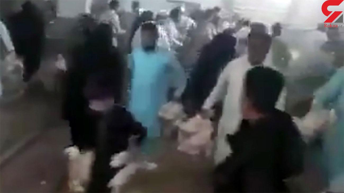 فیلم هجوم مردم  به یک مرغداری / مرغ های زنده را دزدیدند