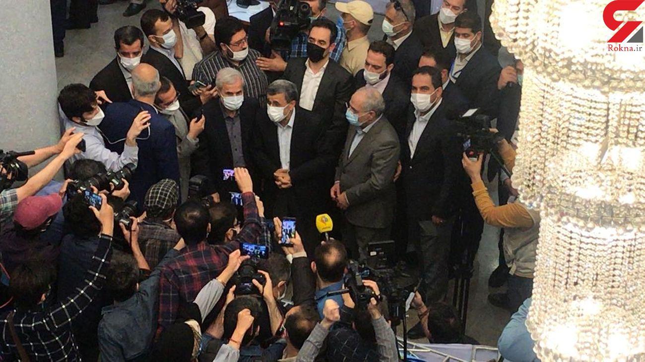 استقبال عجیب از احمدی نژاد / مردم از در و دیوار آویزانند + فیلم