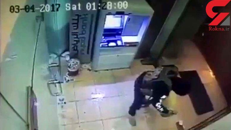 فیلم لحظه آتش زدن دستگاه خودپرداز بانک