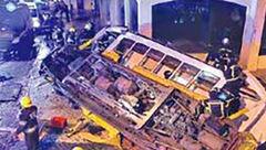 30 کشته و زخمی براثر واژگونی تراموا+ عکس