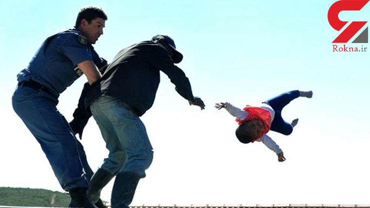 عکس لحظات دلهره آور برای نجات دختر بچه / پدر بی رحم کودکش را از پشت بام با پایین پرت کرد! / 14+