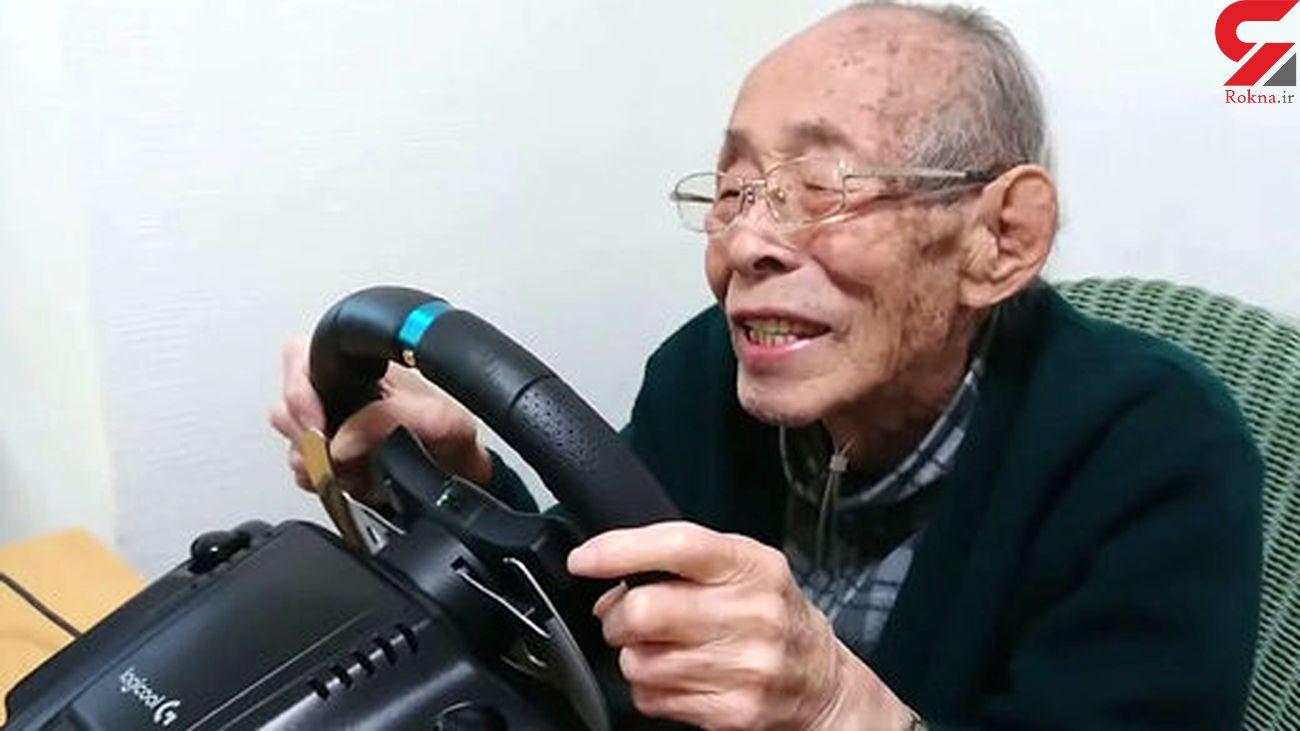 این پیرمرد عاشق بازیهای اتومبیلرانی است + فیلم
