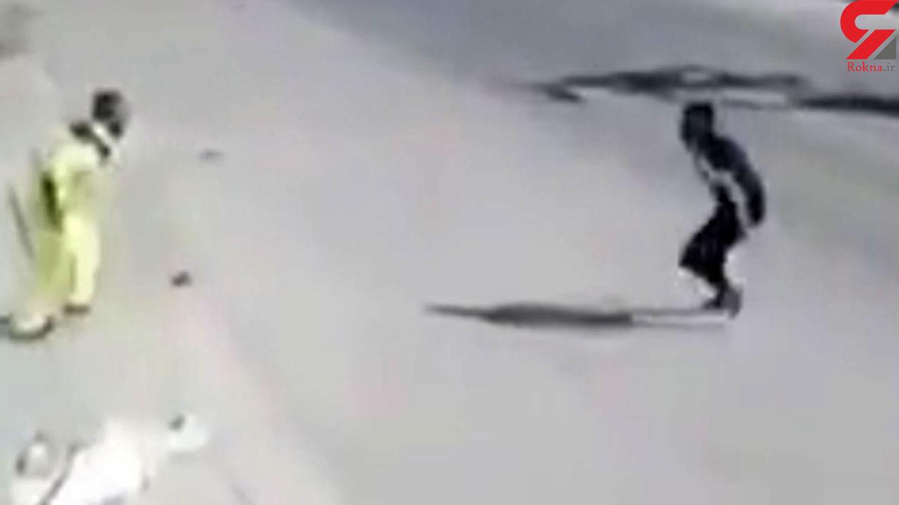 فیلم دیدنی از کتک خوردن چهار خفتگیر قمه به دست توسط جوان اهوازی