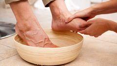 سلامت پا با خیساندن در سرکه