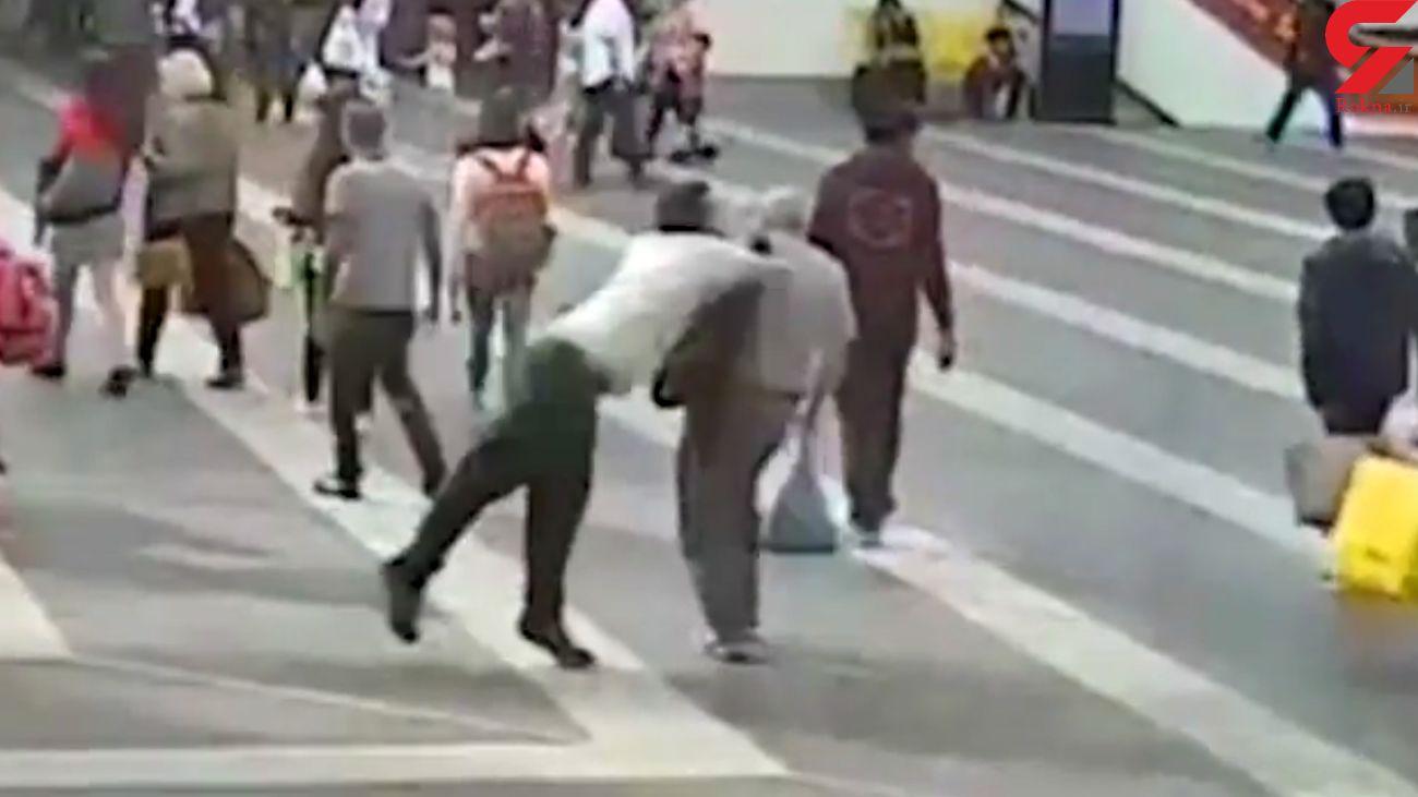 حمله وحشیانه جوان 26 ساله به مرد 69 ساله در خیابان / فکر کردم او مرا در نوجوانی آزار داده بود! + فیلم و تصاویر