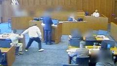 فیلم لحظه حمله وحشیانه یک تبهکار به شاهد پرونده در دادگاه + عکس