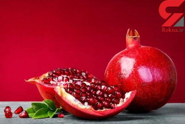 مژه های پرپشت زنان با دانه های قرمز یک میوه