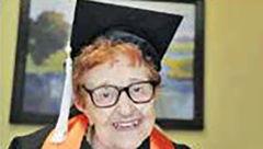 پیرزن 84 ساله همکلاسی های خود را شگفت زده کرد+ عکس