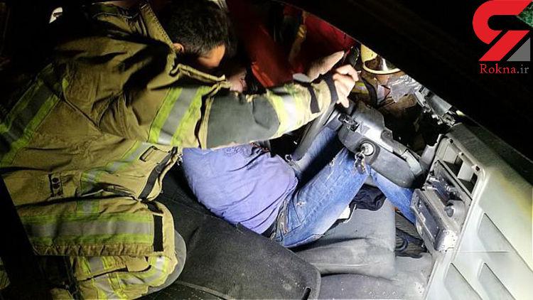 عکس های عجیب از گیر کردن یک مرد در پراید! / تصادف با تیر برق + جزییات