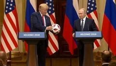 پوتین یک توپ فوتبال هدیه داد و معلوم نیست چه هدیه بزرگتری گرفت که مدام لبخند میزد !