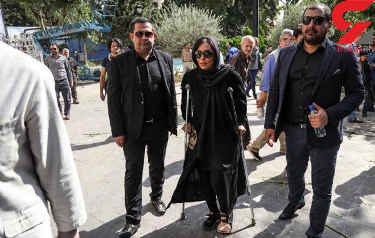پرستو صالحی با پای شکسته در مراسم خاکسپاری +عکس