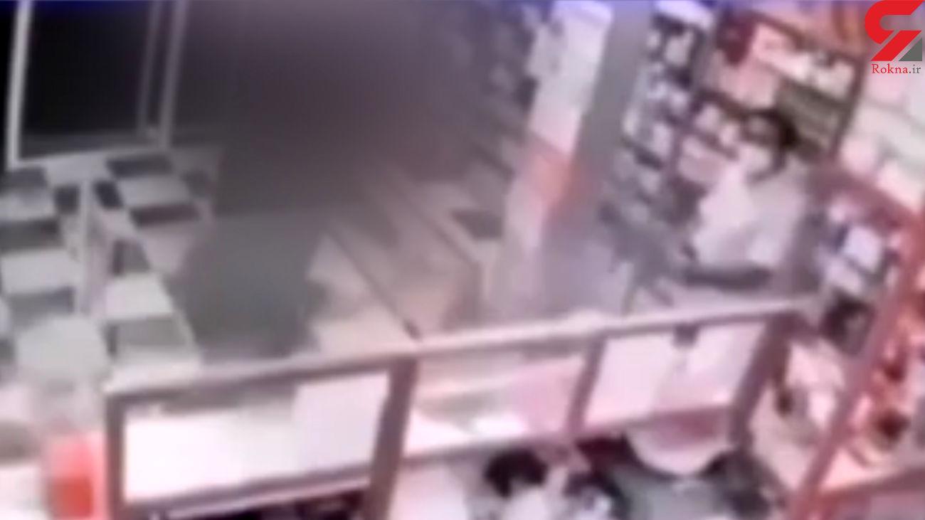 فیلم لحظه قمه کشی در داروخانه به خاطر داروی بدون نسخه/ در اصفهان رخ داد