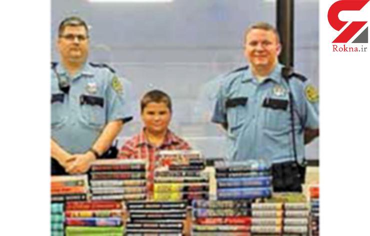 پسر خردسال کتابهایش را به زندانیها بخشید