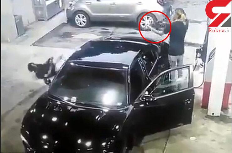 فیلم وحشتناک دوئل مسلحانه دو مرد در پمپ بنزین / یک زن در این درگیری زخمی شد+عکس